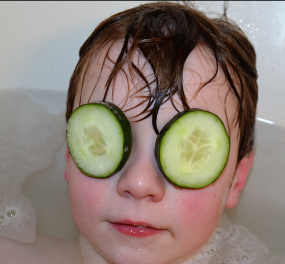 do cucumbers help puffy eyes